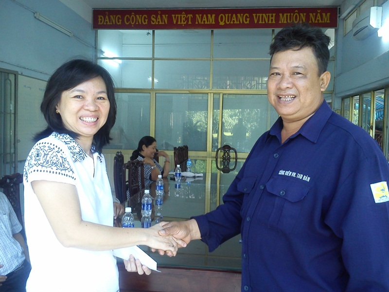 Tặng quà tổ công tác khắc phục bão tại Đà Nẵng