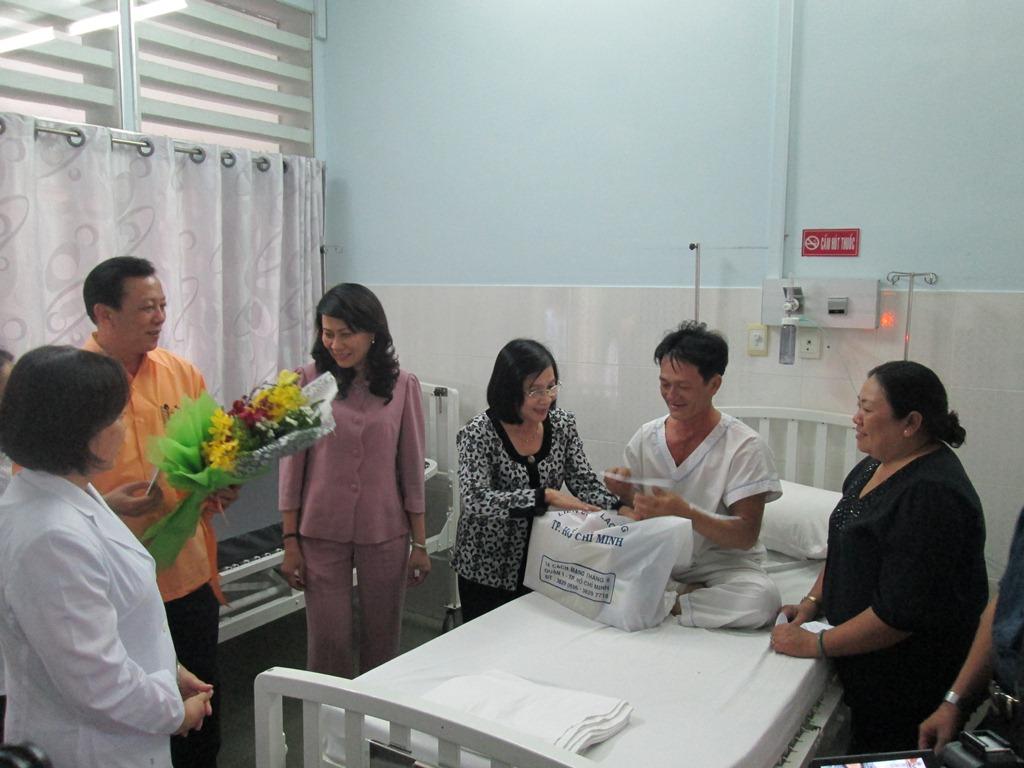 Lãnh đạo Thành ủy TP.HCM thăm, tặng quà công nhân bệnh tim