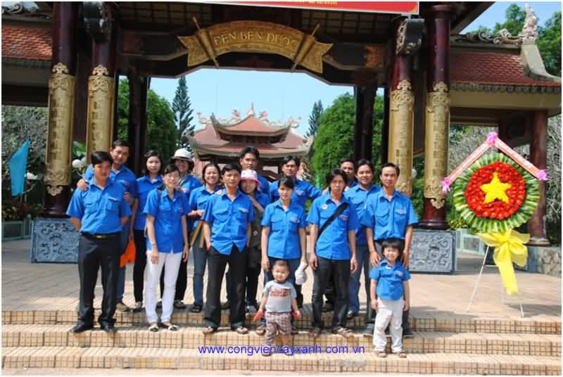Đoàn thanh niên công viên Cửa Ngõ Đông làm lễ dâng hoa tại đền Bến Dược