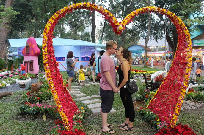 Người nước ngoài thích thú với Hội Hoa Xuân Mậu Tuất 2018