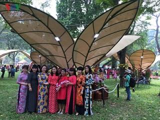 Nam thanh nữ tú xúng xính áo dài đi trẩy hội Hoa Xuân 2018