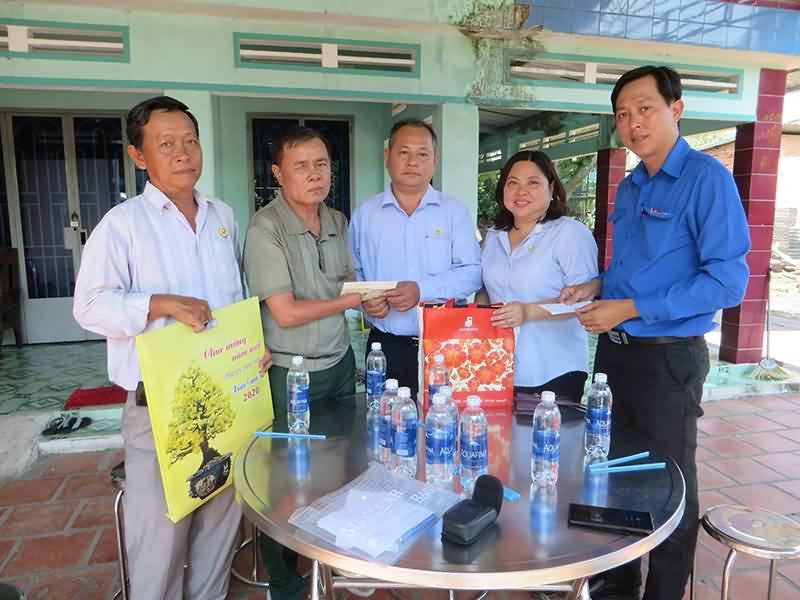 thăm và tặng quà cho Mẹ Việt Nam Anh Hùng